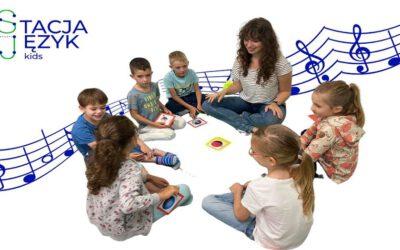 Jak dziecko uczy się języka obcego i jak je wspierać w tym procesie?